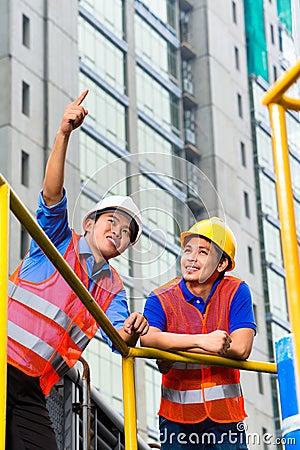 Architekt und Aufsichtskraft Asien auf Baustelle