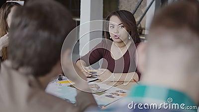 Architektoniczna uruchomienie firma Młody kreatywnie drużynowy działanie w loft biurze Afrykańska kobieta opowiada z grupą ludzi zbiory