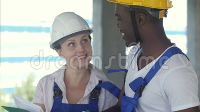 Architektur-Ingenieur-Diskussion Brainstorming-Baukonzept stock footage