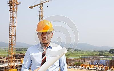 Architetto asiatico dell uomo sul sito di posizione
