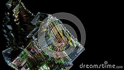 Arco-íris colorido Incrível Bismuth Gemstone vestiu-se isolado em fundo preto filme