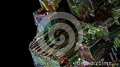 Arco-íris colorido Incrível Bismuth Gemstone vestiu-se isolado em fundo preto video estoque