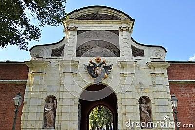 Arco de las puertas de Peters en la fortaleza de Peter y de Paul