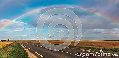 Arco iris sobre el camino