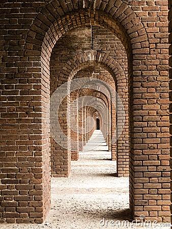 Arcos do tijolo no forte Jefferson