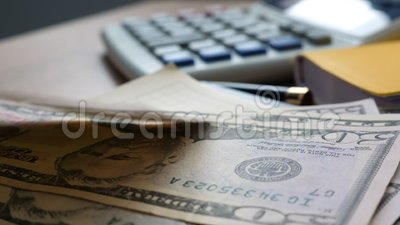 Argent tombant sur une table de bureau Concept de finances et d'épargne