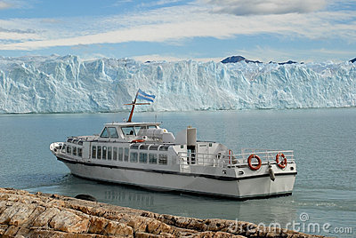 Argentine excursion ship near the Perito Moreno Gl