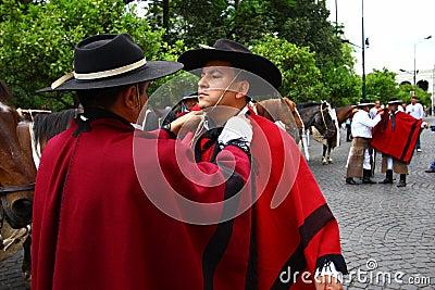 Argentinien-Mitfahrer im roten Umhang Redaktionelles Stockbild