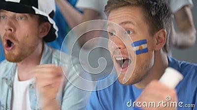Argentinische Fußballanhänger, die in Konkurrenz Nationalmannschaftserfolg feiern stock video footage