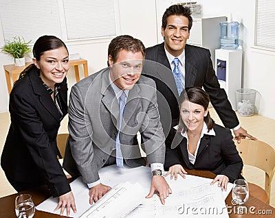 Arkitektritningen co förklarar till arbetare