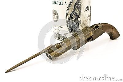 Arma viejo con la bayoneta y cientos cuentas de dólar