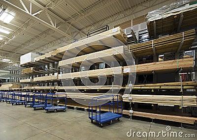 Armazém do interior da madeira serrada