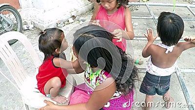Arme Mutter, die Haar gepflegt von ihren Kindern, bitten an der Kirchenportaltür ist stock footage