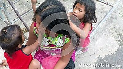 Arme Mutter, die Haar gepflegt von ihren Kindern, bitten an der Kirchenportaltür ist stock video footage
