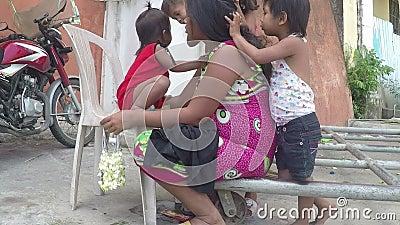 Arme Mutter, die Haar gepflegt von ihren Kindern, bitten an der Kirchenportaltür ist stock video