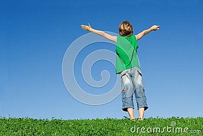 Arms lyftt lyckligt för barn