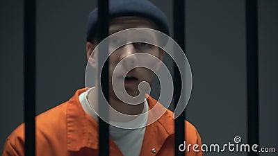 Arogancki więźnia miotania wyzwanie kamera, patrzeje, niebezpieczna przestępca zdjęcie wideo