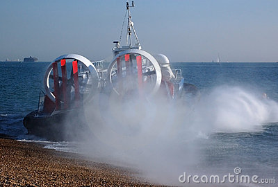 Aéroglisseur entrant dans la mer