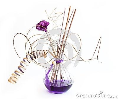 Aromasteuerknüppel in der Flasche mit Lavendelöl
