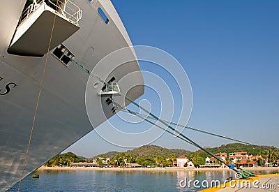 Arqueamiento del barco de cruceros atracado