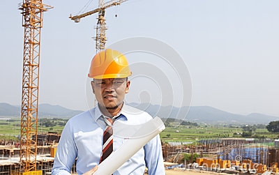 Arquitecto asiático del hombre en sitio de la ubicación