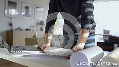 Arquiteto que trabalha da casa no computador, homem do unrecognizaple video estoque