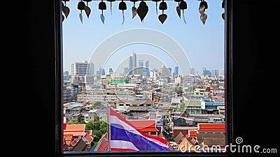 Arquitetura da cidade de Banguecoque com a bandeira tailandesa nacional, Tailândia video estoque