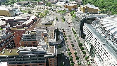 Arquitetura da cidade em torno do Potsdamer Platz a opinião de ângulo alto sobre a cidade com tiergarten e Sony centra-se vídeos de arquivo