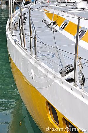 Arrêt de yacht dans le port
