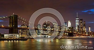 Arranha-céus do distrito do Lower Manhattan, ponte de Brooklyn, e East River financeiros com passagem de nuvens no crepúsculo Man vídeos de arquivo