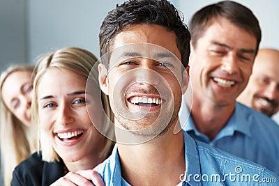 Arranque de cinta de asunto feliz delante de sus personas