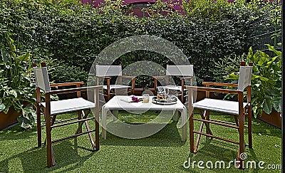 Arredamento per un piccolo giardino nel cortile fotografia - Arredare piccolo giardino ...