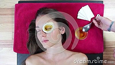 Arrefecendo os olhos com ghee Restabelecimento da visão Ayurveda Procedimento SPA para melhorar a visão Máscara do teste nos olho filme