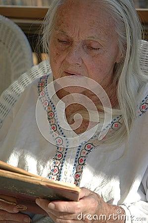 Arrière grand-mère avec le vieux livre