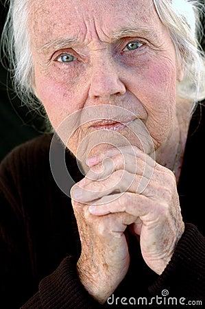 Arrière grand-mère sérieux