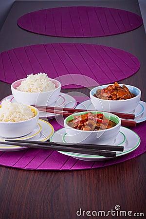 Arroz chinês com a galinha doce e ácida