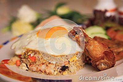 Arroz frito de los mariscos con el pollo