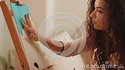 Art thérapie créativité femme doigt peindre clips vidéos
