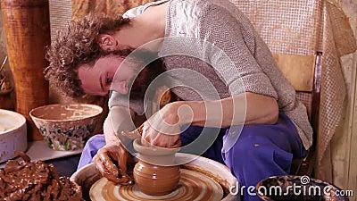 Artisan faisant un vase à argile banque de vidéos