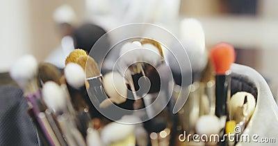 Artista de maquillaje Brushes Behind las escenas del desfile de moda almacen de metraje de vídeo
