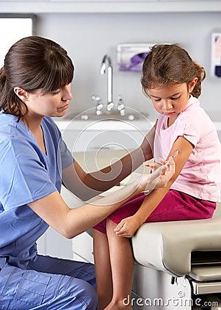 Arts die de Injectie van het Kind in Spreekkamer geven