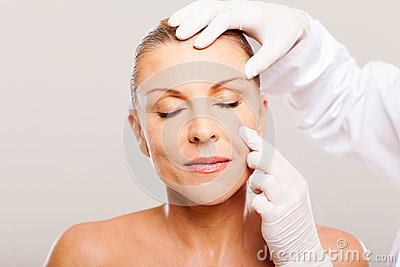 Arts die huid onderzoeken