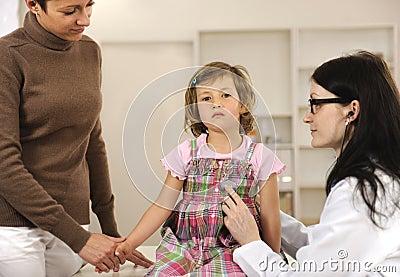 Arts die kind onderzoekt