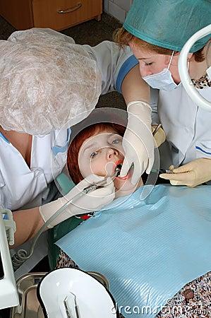 Arts om een tand te boren