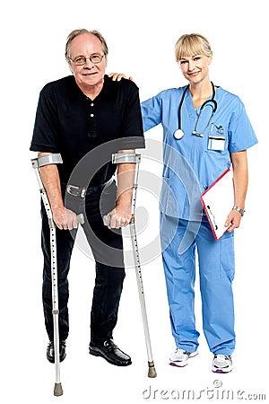 Arts ondersteunend haar moedige patiënt