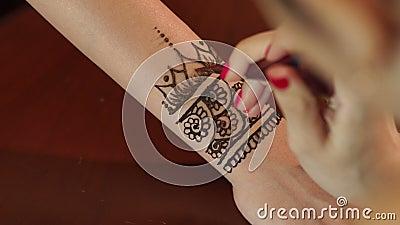 Artysta stosuje henna tatuaż na panny młodej ` s rękach zdjęcie wideo