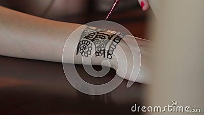 Artysta stosuje henna tatuaż na panny młodej ` s rękach 4K zdjęcie wideo