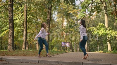 Artystyczni Namiętni Łacińscy tancerze Są Roześmiani I tanowie Wpólnie, najlepszy przyjaciele, kobiety w parku, Przypadkowy styl zbiory wideo
