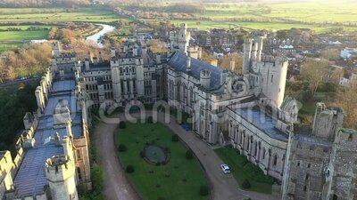Arundel Castle, Arundel, West Sussex, Inghilterra, Regno Unito Cortile interno II video d archivio