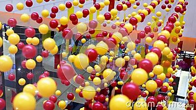 as bolas Multi-coloridas s?o esticadas nas cordas para a decora??o, balan?ando na luz video estoque